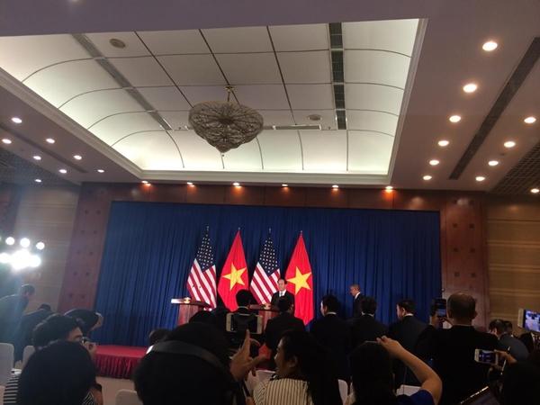 Tổng thống Mỹ Barack Obama vào phòng họp báo chung. Ảnh: Việt Anh.