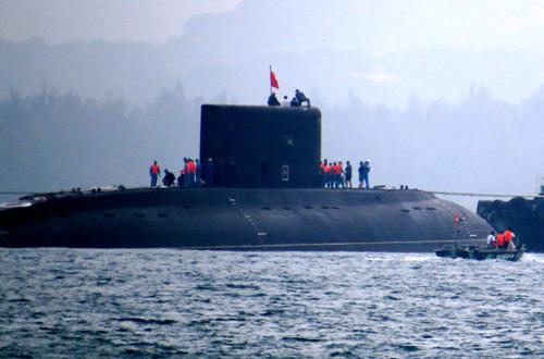 Tàu ngầm kilo TP Hồ Chí Minh năm 2014 được lai dắt vào cảng Cam Ranh. Ảnh: