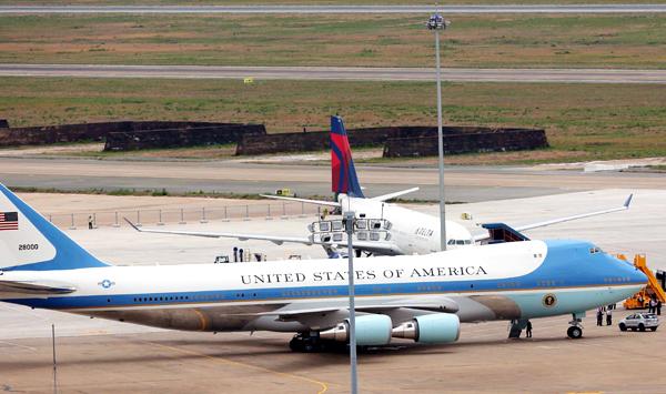 Chuyên cơ Air Force One chở Tổng thống Barack Obama ở sân bay Tân Sơn Nhất. Ảnh: Đức Đồng