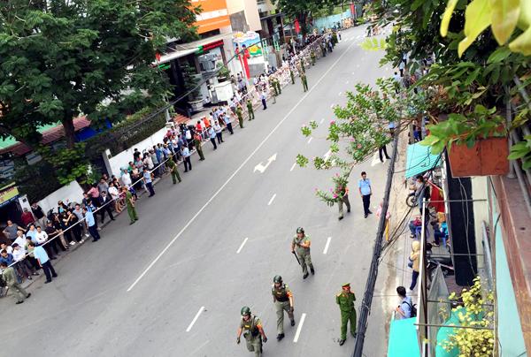 Chuẩn bị tiễn Tổng thống Obama trên đường Nguyễn Bỉnh Khiêm hướng ra vòng xoay Điện Biên Phủ. Ảnh: Hải Hiếu
