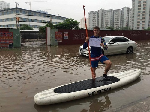 Thuyền ôm - phương tiện giao thông đắt sô trong mùa ngập lụt.