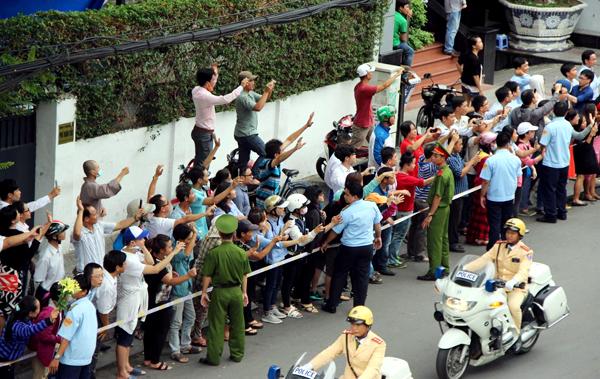 Người dân vẫy chào đoàn Tổng thống Obama. Ảnh: Hải Hiếu