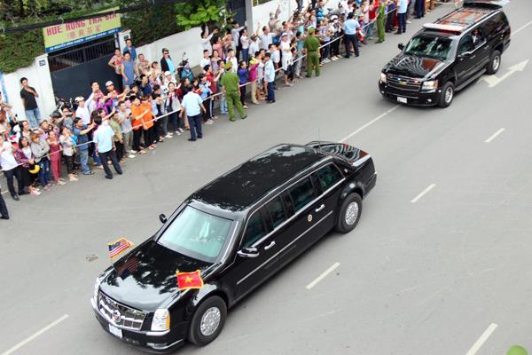 Đoàn xe chở Tổng thống Obama tiến ra sân bay. Ảnh: Hải Hiếu