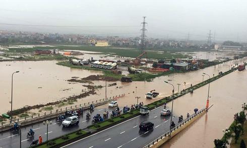 Hà Nội mưa lớn, nhiều tuyến phố biến thành sông - VnExpress