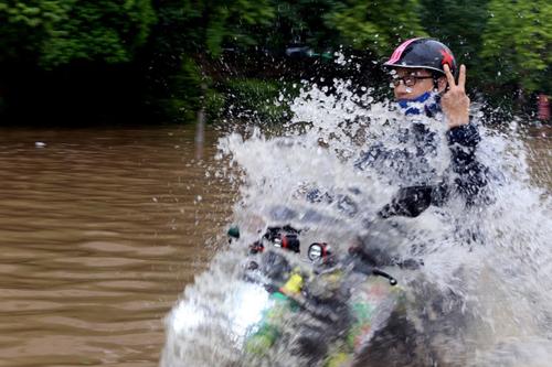 Người Việt đang lái xe sai cách khi bị ngập nước 5
