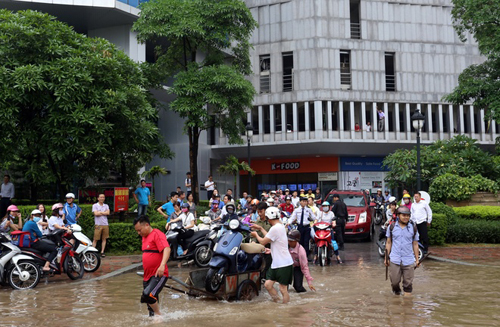 Người Việt đang lái xe sai cách khi bị ngập nước 8