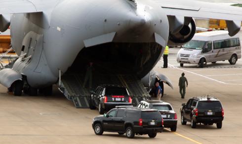 Bộ đôi xe tổng thống Mỹ rời Việt Nam bằng máy bay 1