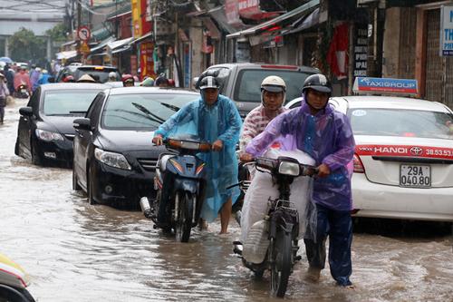 Người Việt đang lái xe sai cách khi bị ngập nước 3