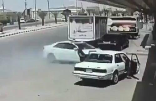 Hai xe tải nghiền nát một xe con 2