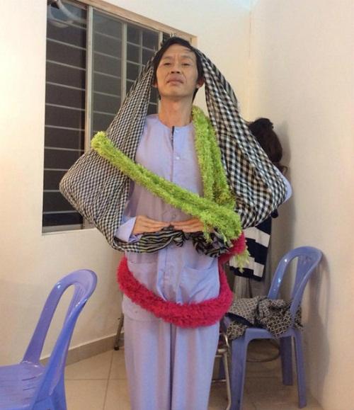 Danh hài Hoài Linh biến thành cây thông mừng Noel.