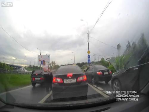 Hai xe tải nghiền nát một xe con 3