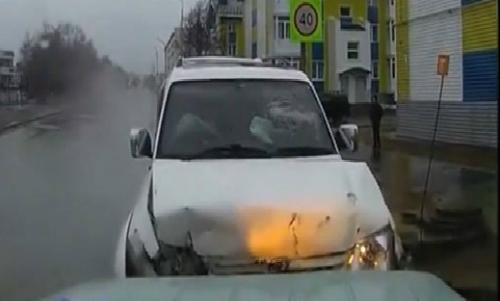 Hai xe tải nghiền nát một xe con 4