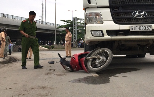 Cầu Sài Gòn kẹt cứng vì ôtô kéo lê người phụ nữ 30 m 1