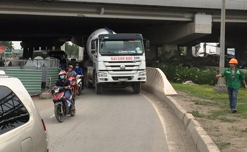 Cầu Sài Gòn kẹt cứng vì ôtô kéo lê người phụ nữ 30 m 3