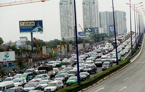 Cầu Sài Gòn kẹt cứng vì ôtô kéo lê người phụ nữ 30 m 2