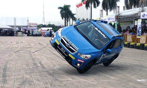 Kỷ lục gia thế giới biểu diễn ôtô mạo hiểm tại Hà Nội 1
