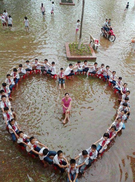 Học sinh xếp hình trái tim chụp ảnh kỷ yếu giữa sân trường ngập nước 2