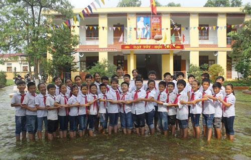 Học sinh xếp hình trái tim chụp ảnh kỷ yếu giữa sân trường ngập nước 3