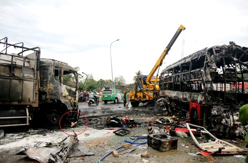Tai nạn 13 người chết cháy do ôtô khách vượt xe tải 1