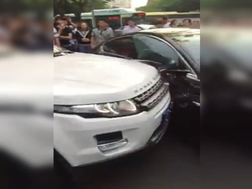 Nữ tài xế dùng xe sang đâm nhau 1