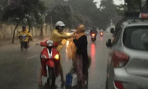 Cô gái mua áo mưa quàng cho bà cụ không quen biết trong cơn giông