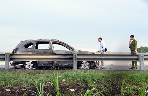 7 người thoát khỏi ôtô cháy rụi trên cao tốc 1