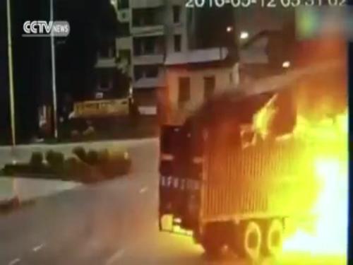 Hai xe tải bốc cháy dữ dội khi đâm trực diện 1