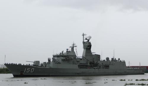 Nữ thuyền trưởng lái tàu chiến Australia cập cảng Sài Gòn 1