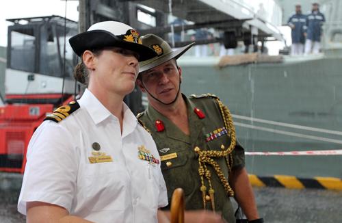Nữ thuyền trưởng lái tàu chiến Australia cập cảng Sài Gòn 2