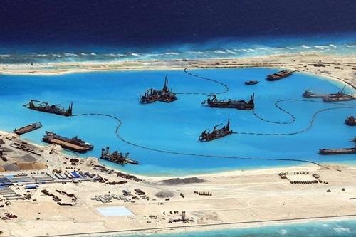 Trung Quốc bồi đắp trái phép thực thể thành đảo nhân tạo, tại quần đảo Trường Sa của Việt Nam. Ảnh: ARMED FORCES OF THE PHILIPPINES