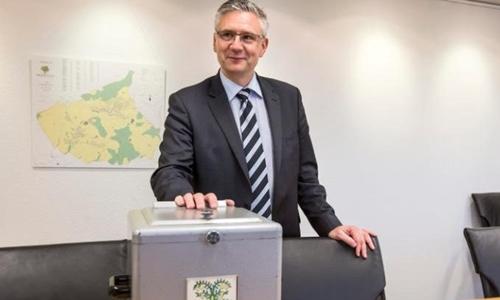 Ông Andreas Glarner, người đứng đầu một trong những ngôi làng giàu nhất châu Âu tuyên bố việc cho người tị nạn ở lại sẽ gửi đi thông điệp sai lầm. Ảnh: Telegraph