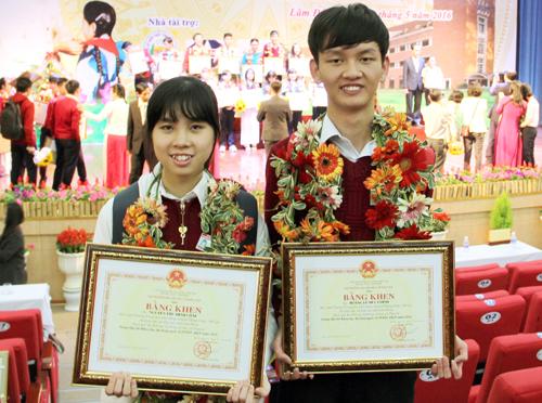 Minh Châu và Đức Chính được Bộ trưởng Bộ GD-ĐT và UBND tỉnh Lâm Đồng tặng bằng khen sau khi về nước