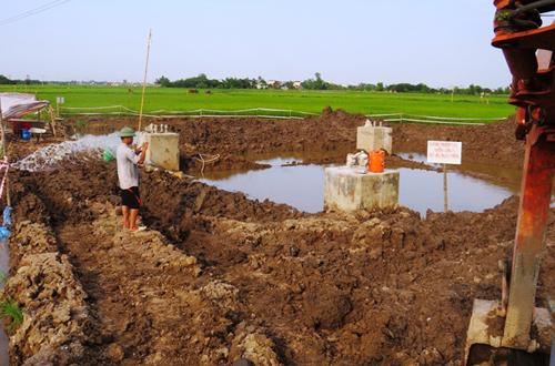 Phá bỏ hai móng bê tông trộn đất ở đường dây 220kV 1