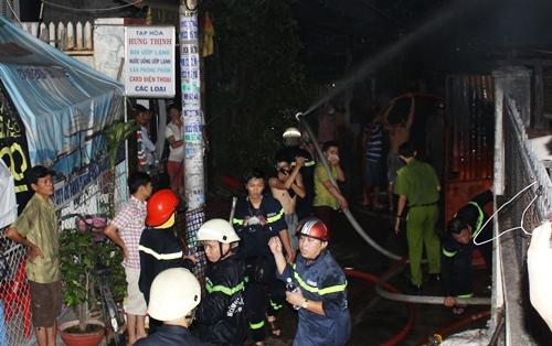 Vợ chồng cụ ông kêu cứu trong căn nhà cháy ngùn ngụt 2