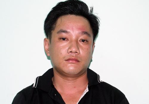 Tuấn bị bắt giữ sau khi đánh gây thương tích lực lượng Công an làm nhiệm vụ. Ảnh: Nguyệt Triều