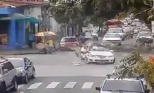 Xe cứu thương vượt đèn đỏ gây tai nạn 3