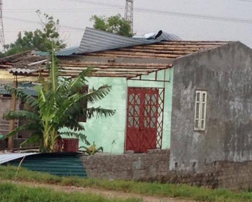 Giông lớn giật tung nhiều mái nhà ở ngoại thành Hà Nội 1