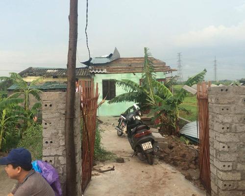 Giông lớn giật tung nhiều mái nhà ở ngoại thành Hà Nội 3
