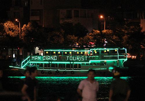 Tàu du lịch chìm trên sông Hàn hoạt động chui 2