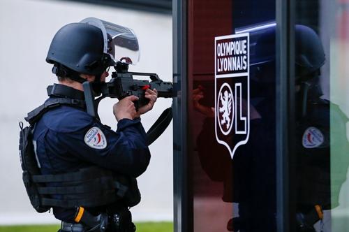 Cảnh sát Pháp tham gia diễn tập tấn công phía ngoài sân vận động Grand Stade ở Decines, gần Lyon, Pháp, ngày 30/5. Ảnh: Reuters.