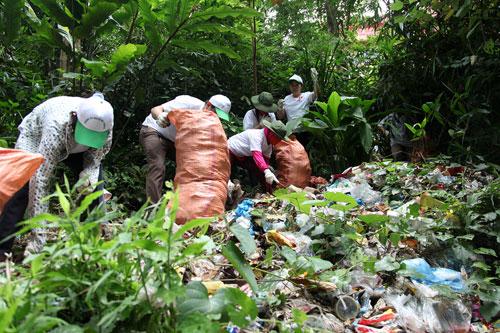 500 tình nguyện viên nhặt rác làm sạch thắng cảnh Tây Thiên 1