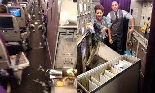 Rác cùng đồ đạc rơi khắp lối đi trên chuyến bay MH1 của Malaysia Airlines. Ảnh: Twitter/LazyAviator.