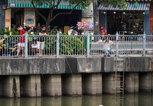TP HCM siết lệnh cấm bắt cá trên kênh Nhiêu Lộc 1