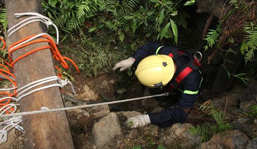 Thêm xác một phu vàng được đưa khỏi hang sâu 80m 1