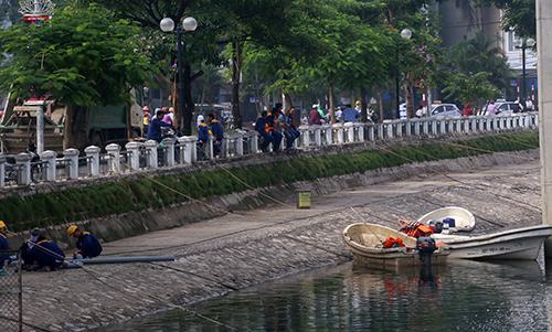 Bơm oxy, sục khí để cứu cá trong hồ Hoàng Cầu 3