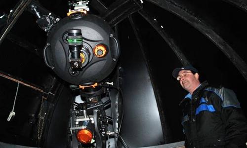 """""""Dị nhân"""" Tim Doucette bên trong đài thiên văn cá nhân. Ảnh: Thechronicleherald.ca"""