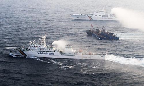 Cảnh sát biển Hàn Quốc vây bắt tàu cá Trung Quốc. Ảnh: AFP.