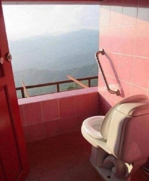 Vừa đi vệ sinh vừa ngắm phong cảnh hữu tình.