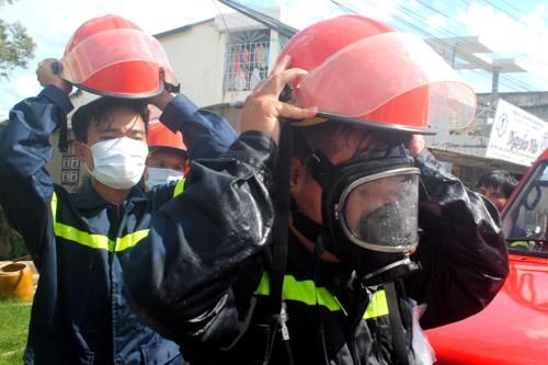 Cảnh sát được trang bị mặt nạ chống độc, bình ôxy khi tiếp cận xử lý vụ rò rỉ. Ảnh: Phúc Hưng
