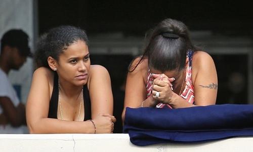 Bạn bè của các nạn nhân trong vụ xả súng tại Orlando, Mỹ đau buồn khi biết hung tin. Ảnh: Guardian.